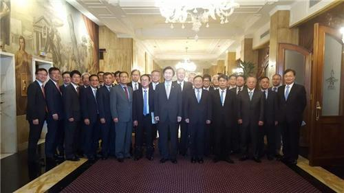 Yun Byung-se (C) poses for a photo with South Korean heads of overseas diplomatic missions of European Union countries at a meeting in Rome on July 30, 2016. (Yonhap)