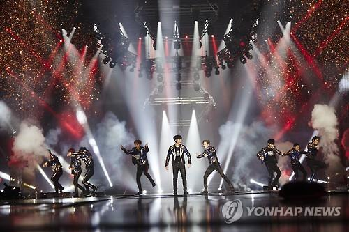 """South Korean boy group EXO performs in its Seoul concert """"EXO Planet #3 - The EXO'rDIUM"""" at Olympic Park stadium, southeastern Seoul, on July 24, 2016. (Yonhap)"""