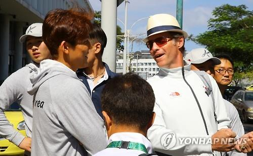 Australian swimming coach Duncan Todd (R) speaks with his student, South Korean swimmer Park Tae-hwan (L), after arriving in Rio de Janeiro on July 31, 2016. (Yonhap)