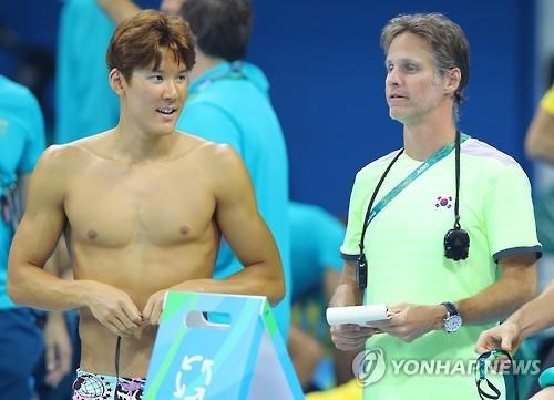 Duncan Todd (R) and South Korean swimmer Park Tae-hwan talk during practice at the Olympic Aquatics Stadium in Rio de Janeiro on Aug. 1, 2016. (Yonhap)