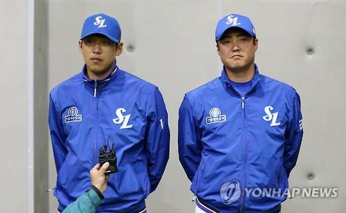 Right-handers Yun Sung-hwan (L) and An Ji-man of the Samsung Lions appear before the press at Daegu Samsung Lions Park, some 300 kilometers southeast of Seoul, on April 3, 2016, over their overseas gambling allegations. In July, the Korea Baseball Organization temporarily suspended An from joining team practices and other baseball-related activities. (Yonhap)