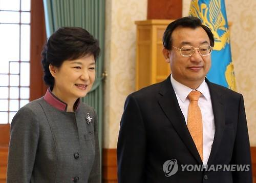 This photo, taken in March 2013, shows President Park Geun-hye (L) and Rep. Lee Jung-hyun posing for a photo at the presidential office Cheong Wa Dae. (Yonhap)