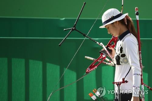 South Korean archer Choi Mi-sun walks off the range after losing to Alejandra Valencia of Mexico in the quarterfinals of the women's individual archery at the Rio de Janeiro Olympics on Aug. 11, 2016. (Yonhap)