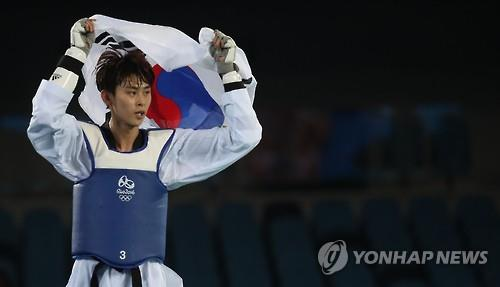 Kim Tae-hun of South Korea celebrates his victory in the men's -58kg taekwondo bronze medal match at the Rio de Janeiro Olympics on Aug. 17, 2016. (Yonhap)
