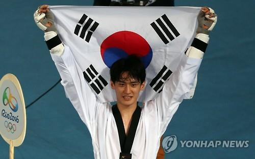 South Korea's Lee Dae-hoon celebrates winning a bronze medal in the men's -68kg taekwondo at the Rio de Janeiro Olympics on Aug. 18, 2016. (Yonhap)
