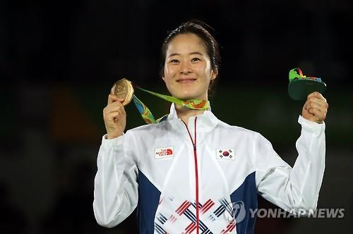 Oh Hye-ri of South Korea holds up her gold medal from the women's -67kg taekwondo at the Rio de Janeiro Olympics on Aug. 19, 2016. (Yonhap)