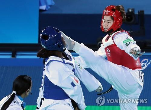 Oh Hye-ri of South Korea (R) applies a kick to the face of France's Haby Niare during the final of the women's -67kg taekwondo at the Rio de Janeiro Olympics on Aug. 19, 2016. (Yonhap)