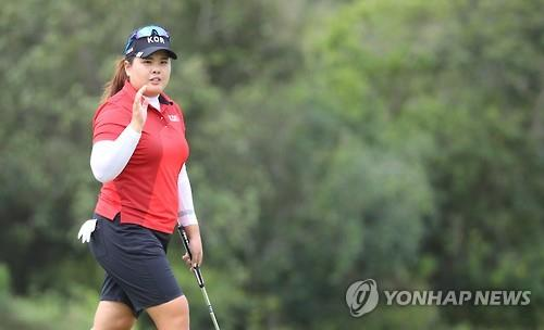 Park In-bee of South Korea salutes the crowd after scoring a birdie at the 13th hole during the final round of the Rio de Janeiro Olympic women's golf tournament on Aug. 20, 2016. (Yonhap)
