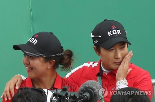 South Korean Olympic women's golf coach Pak Se-ri (R) sheds tears while standing with her player, Kim Sei-young, after Park In-bee won the gold medal at the Rio de Janeiro Summer Games on Aug. 20, 2016. (Yonhap)