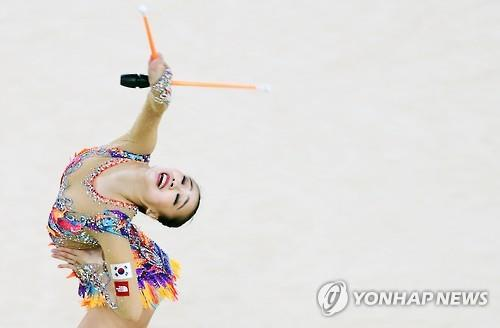 South Korean rhythmic gymnast Son Yeon-jae performs her clubs routine during the individual all-around final at the Rio de Janeiro Olympics on Aug. 20, 2016. (Yonhap)