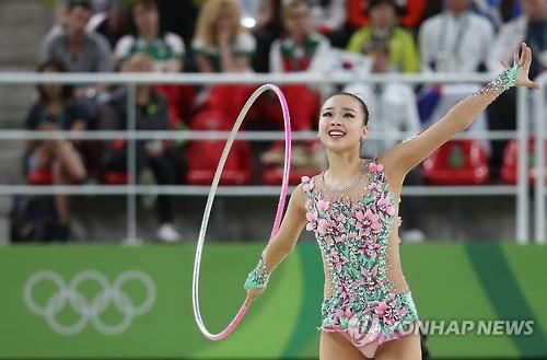 South Korean rhythmic gymnast Son Yeon-jae performs her hoop routine during the individual all-around final at the Rio de Janeiro Olympics on Aug. 20, 2016. (Yonhap)