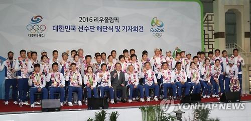 South Korean athletes and officials to the Rio de Janeiro Olympics pose for a photo during a ceremony to disband the delegation at Incheon International Airport, west of Seoul, on Aug. 24, 2016. (Yonhap)