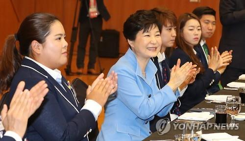 President Park Geun-hye claps with South Korean athletes who participated in the Aug. 5-21 Rio de Janeiro Olympics during a luncheon for the athletes at the presidential office Cheong Wa Dae in Seoul on Aug. 25, 2016. (Yonhap)