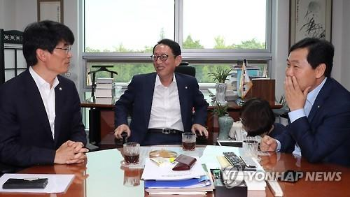 The Vice Floor Leaders Of The Ruling Saenuri Party, The Main Opposition  Minjoo Party Of