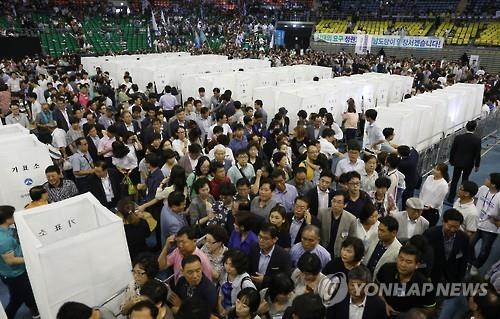 Members of the main opposition Minjoo Party of Korea gather to cast their votes to pick a new head in Seoul on Aug. 27, 2016. (Yonhap)