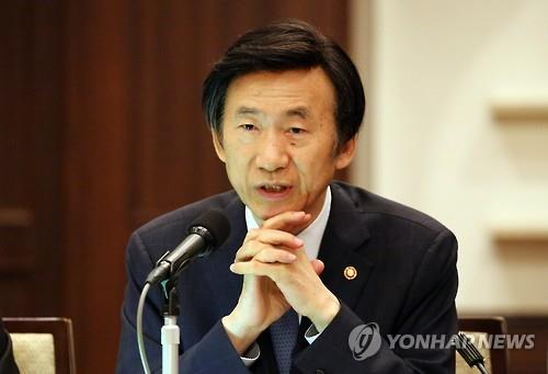 In this photo taken on Aug. 24, 2016, Foreign Minister Yun Byung-se delivers a briefing on the trilateral foreign ministers' meeting among South Korea, China and Japan at a Tokyo hotel. (Yonhap)