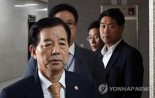 This photo taken on Aug. 22, 2016, shows Defense Minister Han Min-koo stepping into the National Assembly to explain the planned deployment of an advanced U.S. antimissile system in South Korea by 2017. (Yonhap)