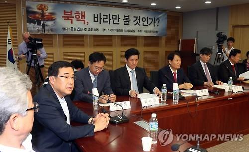 In this photo taken on Aug. 4, 2016, a group of lawmakers from the ruling Saenuri Party discusses ways to counter growing North Korean threats at a policy meeting in the National Assembly. (Yonhap)
