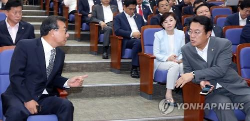 Saenuri Party leader Lee Jung-hyun (L) and floor leader Chung Jin-suk talk while attending a general meeting of party lawmakers at the National Assembly in Seoul on Aug. 30, 2016. (Yonhap)