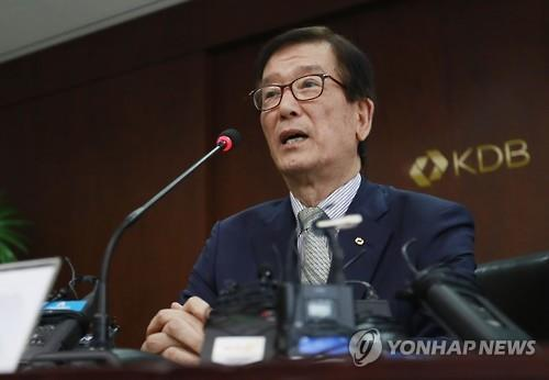 Korea Development Bank Chairman Lee Dong-geol announces Hanjin Shipping creditors' decision to cut financial support for the ailing shipper in a news conference in Seoul on Aug. 30, 2016. (Yonhap)