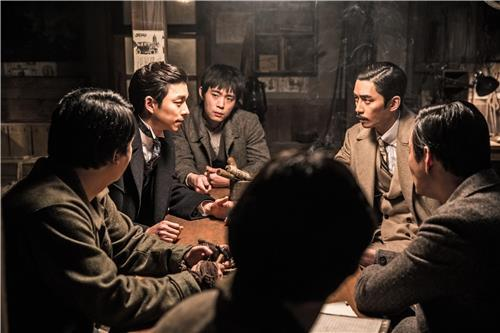 "Actor Gong Yoo (second from L) appears in this still from South Korean film ""The Age of Shadows,"" provided by Warner Brothers Korea. The film is set to open in South Korean theaters on Sept. 7. (Yonhap)"
