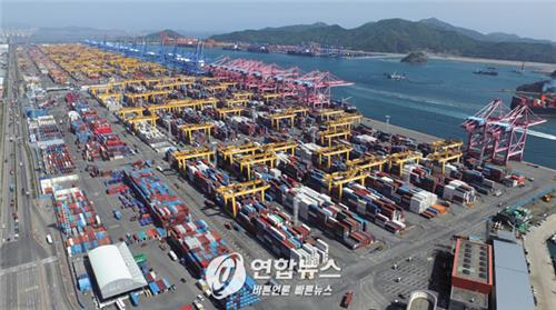 Hanjin Shipping Co.'s container terminal at Busan port. (Yonhap file photo)