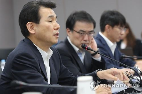 Jeong Eun-bo(L), vice chairman of the Financial Services Commission, speaks during an emergency meeting to tackle Hanjin Shipping's receivership filing on Aug. 31, 2016. (Yonhap)