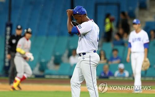 Yohan Flande of the Samsung Lions reacts to an RBI single against the SK Wyverns in the Korea Baseball Organization game at Daegu Samsung Lions Park in Daegu on Aug. 23, 2016. (Yonhap)