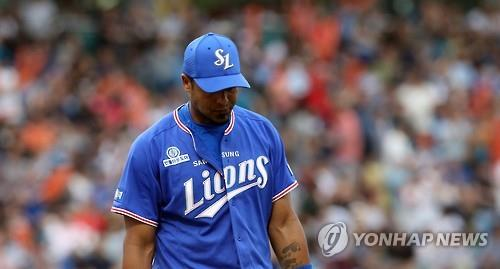 Aarom Baldiris of the Samsung Lions hangs his head after a loss to the Hanwha Eagles in the Korea Baseball Organization game at Hanwha Life Insurance Eagles Park in Daejeon on July 10, 2016. (Yonhap)