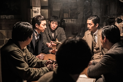 """A still of """"The Age of Shadows"""" (Yonhap)"""