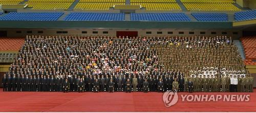 This photo, released by the state-run Rodong Sinmun newspaper on Sept. 1, 2016, shows scientists and engineers who contributed to the launch of the SLBM in August posing for a group photo with North Korean leader Kim Jong-un and other dignitaries in Pyongyang. (For Use Only in the Republic of Korea. No Redistribution) (Yonhap)