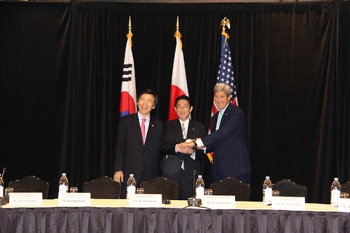 South Korean Foreign Minister Yun Byung-se (L), Japanese Foreign Minister Fumio Kishida (C) and U.S. Secretary of State John Kerry pose for cameras after holding trilateral talks in New York on Sept. 18, 2016. (Yonhap)