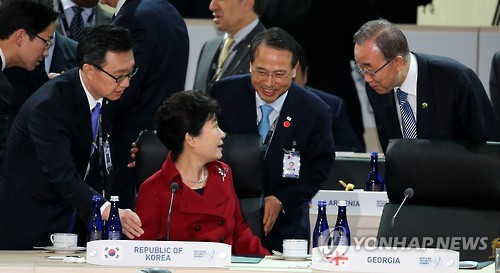 This photo, taken on April 1, 2016, shows President Park Geun-hye (3rd from L) exchanging greetings with U.N. Secretary-General Ban Ki-moon (R) during the Nuclear Security Summit in Washington D.C. (Yonhap)