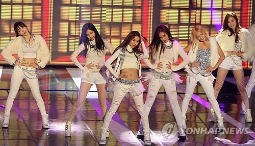 South Korean girl group Girls' Generation performs during the 23rd Seoul Music Awards in Seoul on Jan. 23, 2014. (Yonhap)