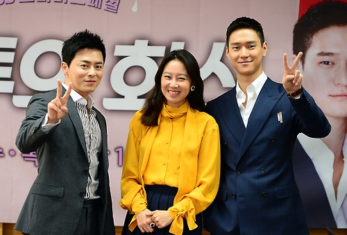 """Jo Jung-suk (L), Gong Hyo-jin (C) and Go Kyung-pyo pose for a photo during a press conference promoting their drama """"Jealousy Incarnate"""" at an SBS TV station in Goyang, northwest of Seoul, on Sept. 21, 2016, in this photo provided by SBS. (Yonhap)"""