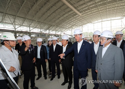 Lawmakers on a special committee for the 2018 PyeongChang Winter Olympics inspect Gangneung Oval, the venue for speed skating events, in Gangneung, Gangwon Province on Aug. 19, 2016. (Yonhap)