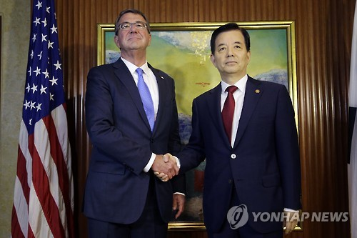 South Korean Defense Minister Han Min-koo (R) meets with U.S. Defense Secretary Ashton Carter in Singapore on June 4, 2016. (AP-Yonhap file photo)