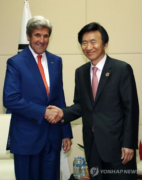 South Korean Foreign Minister Yun Byung-se (R) meets with U.S. State Secretary John Kerry in Laos on July 25, 2016. (Yonhap file photo)