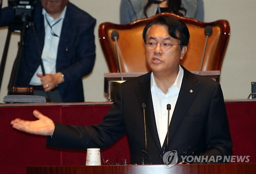Chung Jin-suk, floor leader of the ruling Saenuri Party, speaks during a parliamentary session at the National Assembly in Seoul on Sept. 26, 2016. (Yonhap)