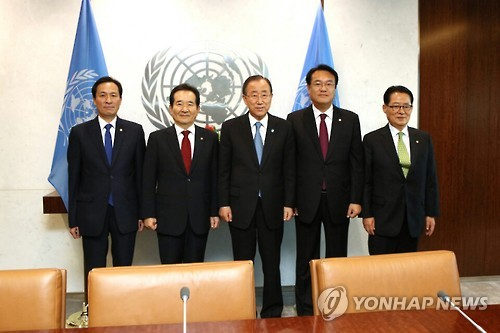 This photo, taken on Sept. 15, 2016, shows U.N. Secretary-General Ban Ki-moon (C) and a group of South Korean parliamentary leaders, led by National Assembly Speaker Chung Sye-kyun (2nd from L), posing for a photo before their talks at the headquarters of the United Nations in New York. (Yonhap)