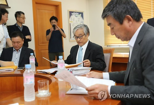 Members of the K League disciplinary committee review documents before meting out punishment on Jeonbuk Hyundai Motors over a bribery scandal at the Korea Football Association headquarters in Seoul on Sept. 30, 2016. (Yonhap)