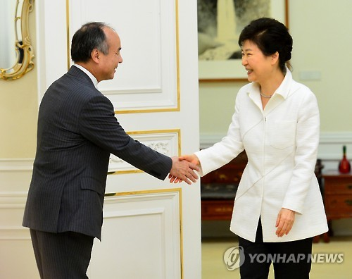 South Korean President Park Geun-hye (R) shakes hands with Masayoshi Son, chairman and CEO of Japan's SoftBank Group Corp., at her office in Seoul on Sept. 30, 2016, before holding a meeting on bilateral cooperation in investment and new industries. (Yonhap)