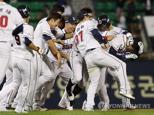 Doosan Bears players celebrate after Jung Jin-ho hit a walk-off single to beat the Lotte Giants 6-5 in their Korea Baseball Organization (KBO) game at Jamsil Stadium in Seoul on Oct. 4, 2016. (Yonhap)