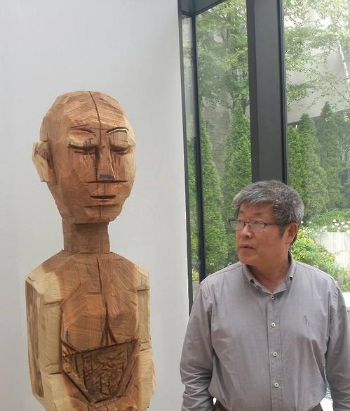 Pintor Aborda A Influência Religiosa Na Sociedade Coreana