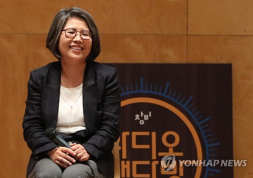 This photo, taken on Oct. 6, 2016, shows Kim Young-ran, the former head of the Anti-Corruption and Civil Rights Commission, holding a lecture at a Seoul university. (Yonhap)