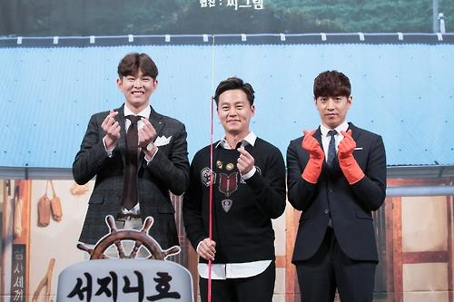 """In this photo provided by CJ E&M, Yoon Kyun-sang (L), Lee Seo-jin (C) and Eric Mun pose for a photo during a press conference promoting Season 3 of """"Three Meals a Day: Fishing Village"""" at a hotel in southern Seoul on Oct. 13, 2016. (Yonhap)"""