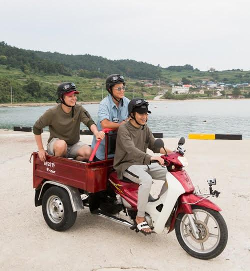 """This photo, provided by CJ E&M, shows a scene from Season 3 of """"Three Meals a Day: Fishing Village."""" (Yonhap)"""