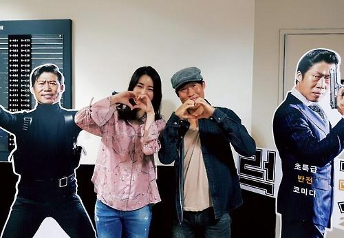 """In this photo provided by distributor of """"Luck-Key"""" Showbox, Im Ji-yeon (L) and Yoo Hae-jin (R) celebrate the good box office results on Oct. 15, 2016. (Yonhap)"""