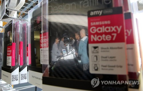 Consumers ask about the recall plan of the Samsung Galaxy Note 7 at a Seoul phone shop on Oct. 13, 2016, after Samsung Electronics announced its plan to discontinue the smartphone's production. (Yonhap)