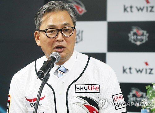 Newly appointed KT Wiz manager Kim Jin-wook speaks during a press conference at KT Wiz Park in Suwon, south of Seoul, on Oct. 18, 2016. (Yonhap)
